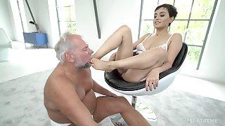 Short haired brunette neonate Yasmeena has her feet licked by older guy