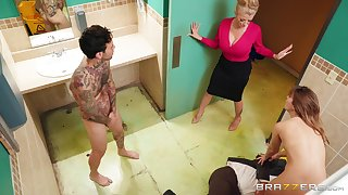 Paige Owens spreads her legs be beneficial to a friend's hard cock close by the bathroom