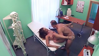 Sexy babe handles her physician's penis not later than a monthly collar