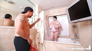 BBW nurturer in chum around with annoy shower - hot porn clip